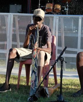 ディジュリドゥを吹くアボリジニの若者
