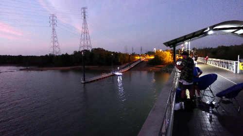 橋のふもとにあるボートの止まり場の横に桟橋があります
