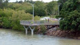 歩道橋から見える、車いす用釣りプラットフォーム
